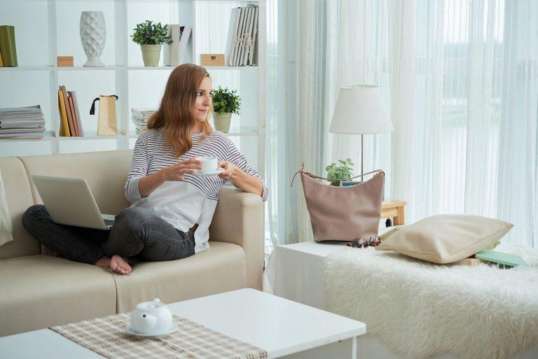 รูปผู้หญิงกำลังผ่อนคลายความเครียด ระหว่างทำงานที่บ้าน